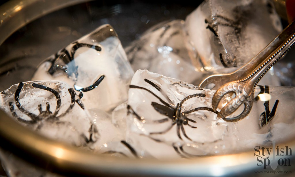 DIY creepy crawlie spider ice cubes | www.StylishSpoon.com