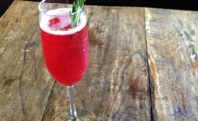 <em> Recipe </em> :: Poinsettia Champagne Holiday Cocktail